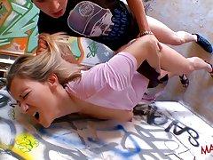 گربه وحشی پشمالو بالغ قبر پر defoncee سازمان ملل متحد jeune پتی