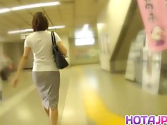 Milf داغ او جوراب شلواری کشیده فیلم در یک قطار می شود