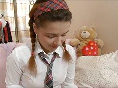 لارا دانش آموز