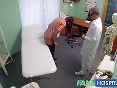 دکتر Fakehospital خروس خود را به تسکین درد کمک می کند.
