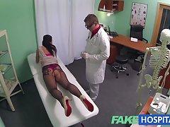 fakehospital مادر جوان که مایل به احساس علاقه الاغ او انبر است