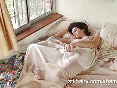 دختر مو aixa بیدار می سفت