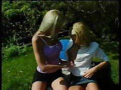 لزبین سکسی بوسیدن و خوردن پذیری توسط در چمن