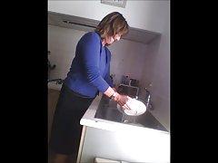 زن بالغ جاسوسی در آشپزخانه