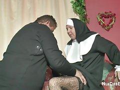 راهبه آلمانی milf زیر کلیک دریافت توسط کشیش در کلیسا