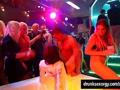 Sinfully جوجه را pricks چربی در باشگاه