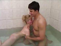حمام گرم با مادرش
