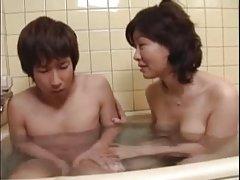 مادر ژاپنی مشترک نه فرزند خود را در حمام