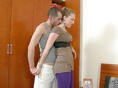 دختر جوان لاغر گرفتار و سخت زیر کلیک توسط خروس بزرگ