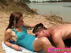 ریم الود نوجوان میخ در ساحل