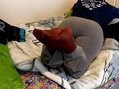 Wifeys کبود نایلون پا پس از یک روز طولانی در محل کار