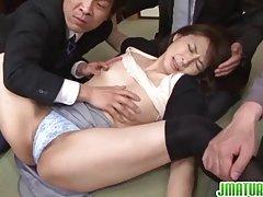 Hisae بالغ طول می کشد در تمام cummers در سکس گروهی