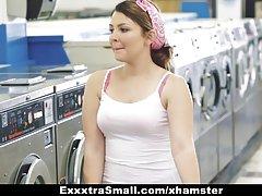 Exxxtrasmall - ریزه اندام نوجوان زیر کلیک در ماشین لباسشویی