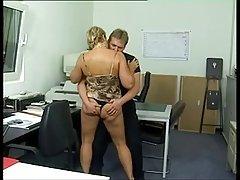دلپذیری آلمان گربه وحشی پشمالو زیر کلیک الاغ در دفتر (sid69)