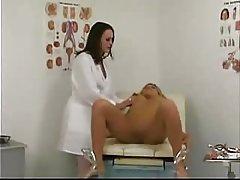 دکتر Milf طول می کشد از این دخترک جوان... f70 مراقبت