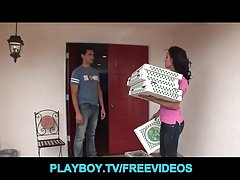 پیتزا تحویل دختر اغوا و زیر کلیک توسط مشتری