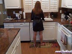 مامان teases نه فرزند خود را در آشپزخانه