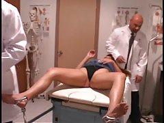 بیمار گرم می شود بیدمشک او و الاغ بررسی توسط پزشکان آویزان