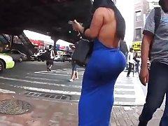 لاتینا زیبایی در لباس تنگ آبی