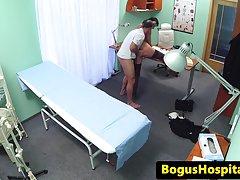 بیمارستان milf زیر کلیک توسط دکتر پنهان بادامک