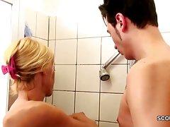 Milf آلمان از راه بدر کردن توسط دیک بزرگ گام پسر در حمام به فاک