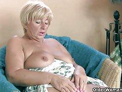 Masturbates دلپذیری مادر بزرگ با انگشتان خود و وسیله ارتعاش و نوسان
