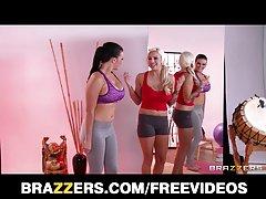 brazzers - مربی یوگا گرم و ميانگين seduces دانش آموز خود