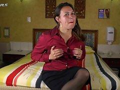 مادر لاتین بالغ نیاز به یک فیلم خوب
