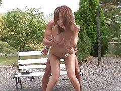Aika خجالتی در پارک برهنه زانو او دادن blowjob